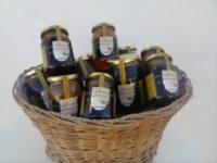 Cesto con tarros de miel eco. Propiedades de la miel ecológica.